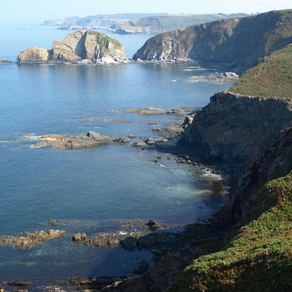 Dos rutas para surcar la costa asturiana en moto de Llanes a Avilés
