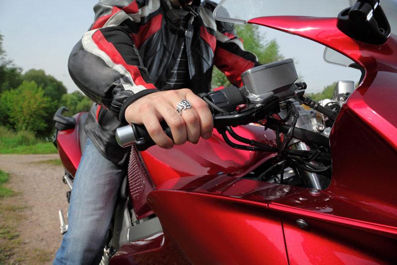 ¡Guerra a la chancla! Alternativas para vestir bien en moto sin pasar calor