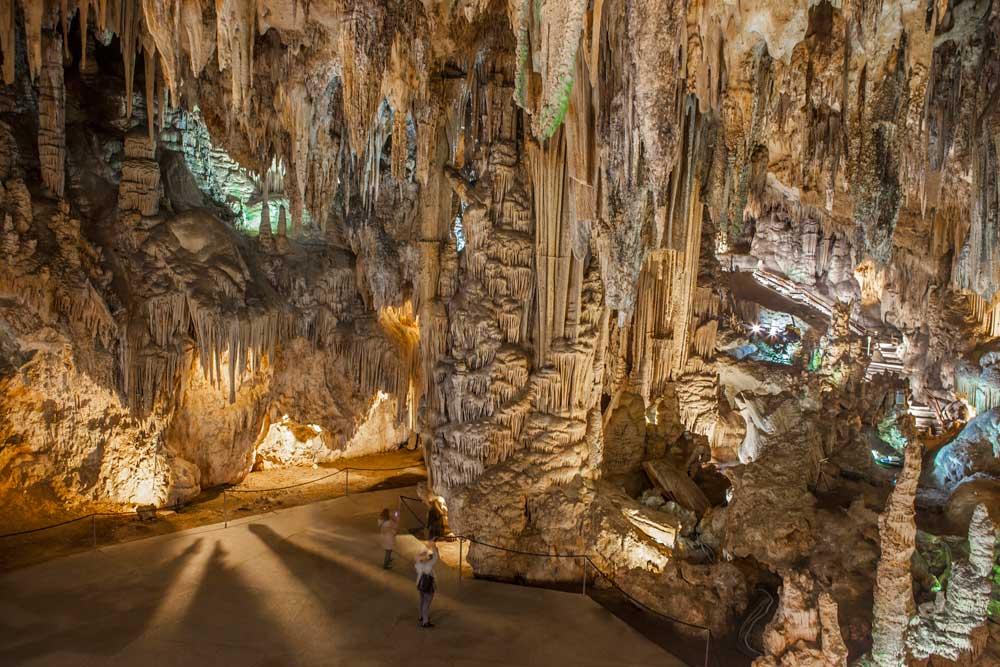 Viajes moteros en pareja. Las 14 cuevas españolas más alucinantes [Segunda parte]