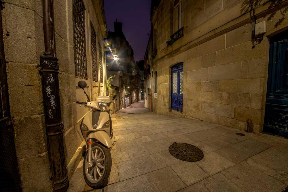 ¿Puedo aparcar mi moto en la acera? Aclárate con nuestra guía de 60 ciudades [Primera parte]