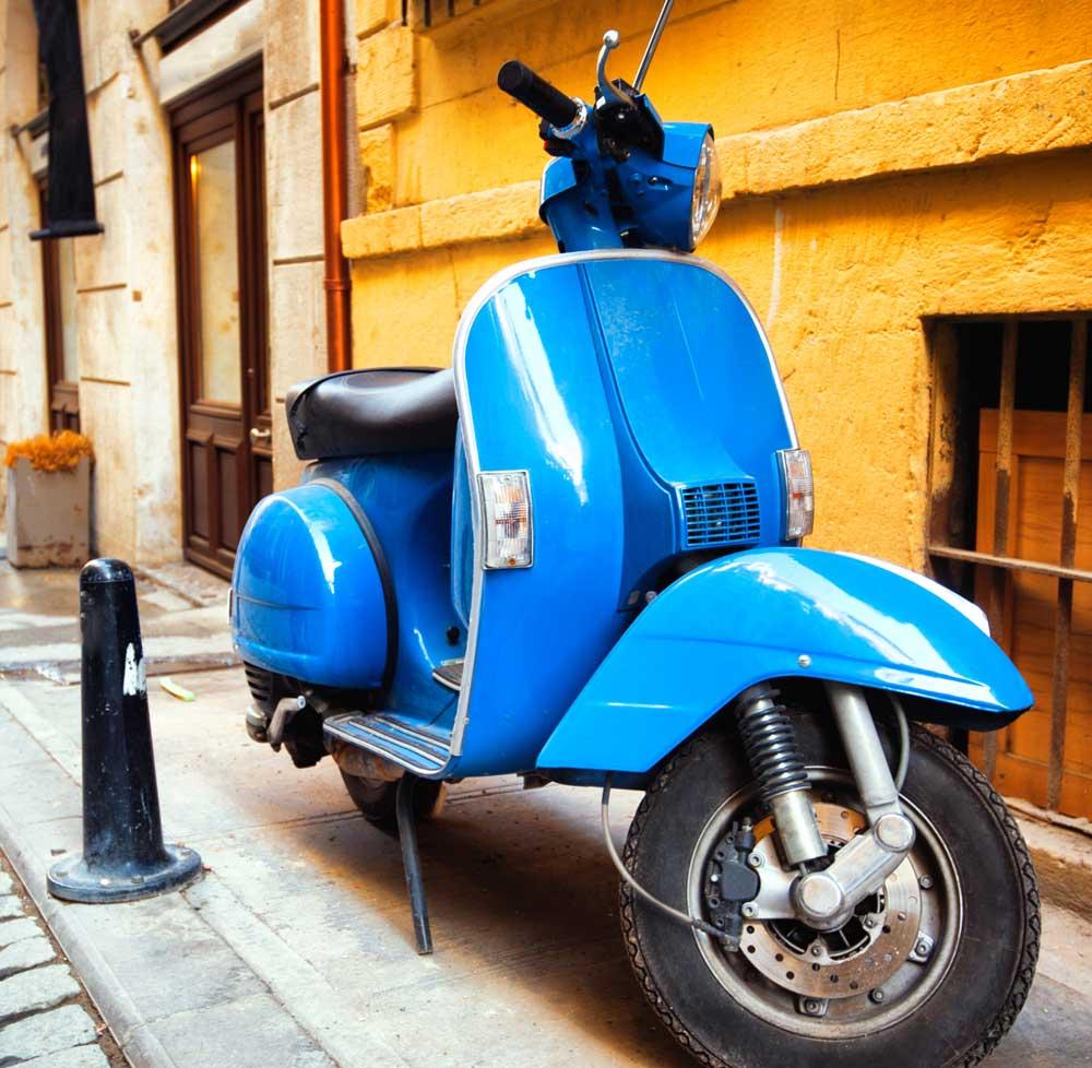 ¿Puedo aparcar mi moto en la acera? Aclárate con nuestra guía de 60 ciudades [Segunda parte]