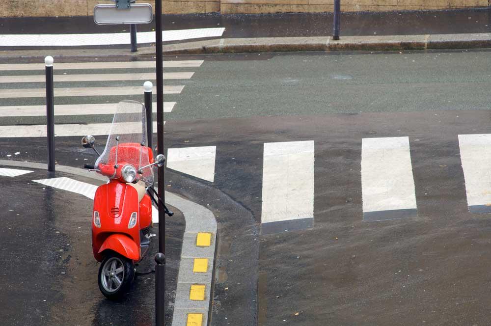 ¿Puedo aparcar mi moto en la acera? Aclárate con nuestra guía de 60 ciudades [Tercera parte]