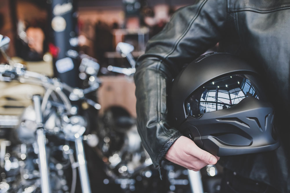 3 métodos seguros para limpiar la pantalla de tu casco