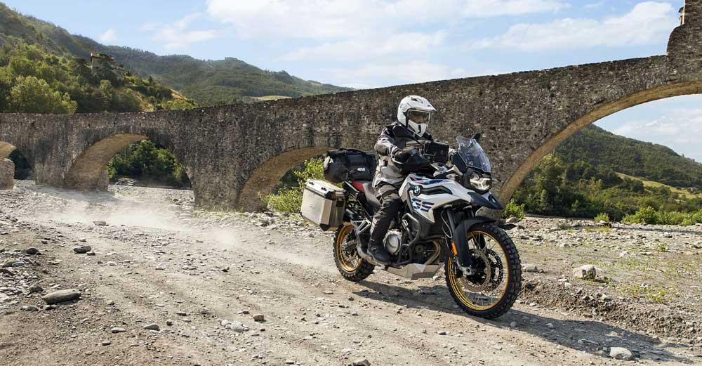 9 accesorios de moto Givi que te harán la vida más fácil en una ruta larga